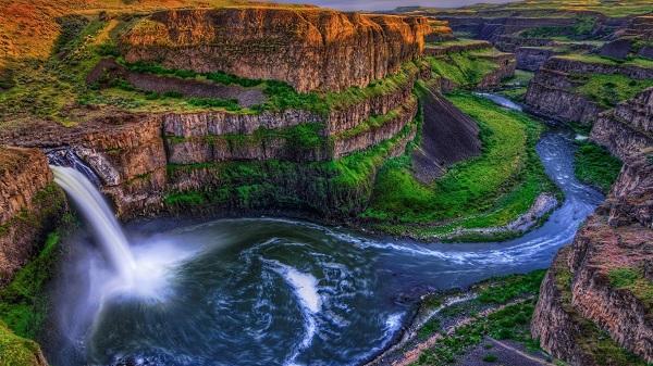 картина Водопад в каньоне.