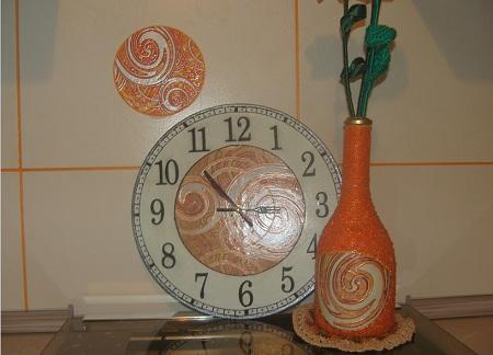 настенные часы ручной работы и бутылка ваза